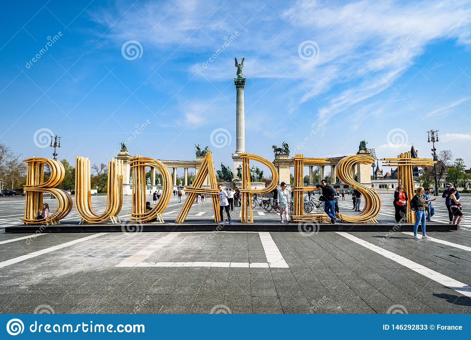 De tekst Boedapest maakte van hout op het Vierkant van Helden, Millenniummonument op de achtergrond