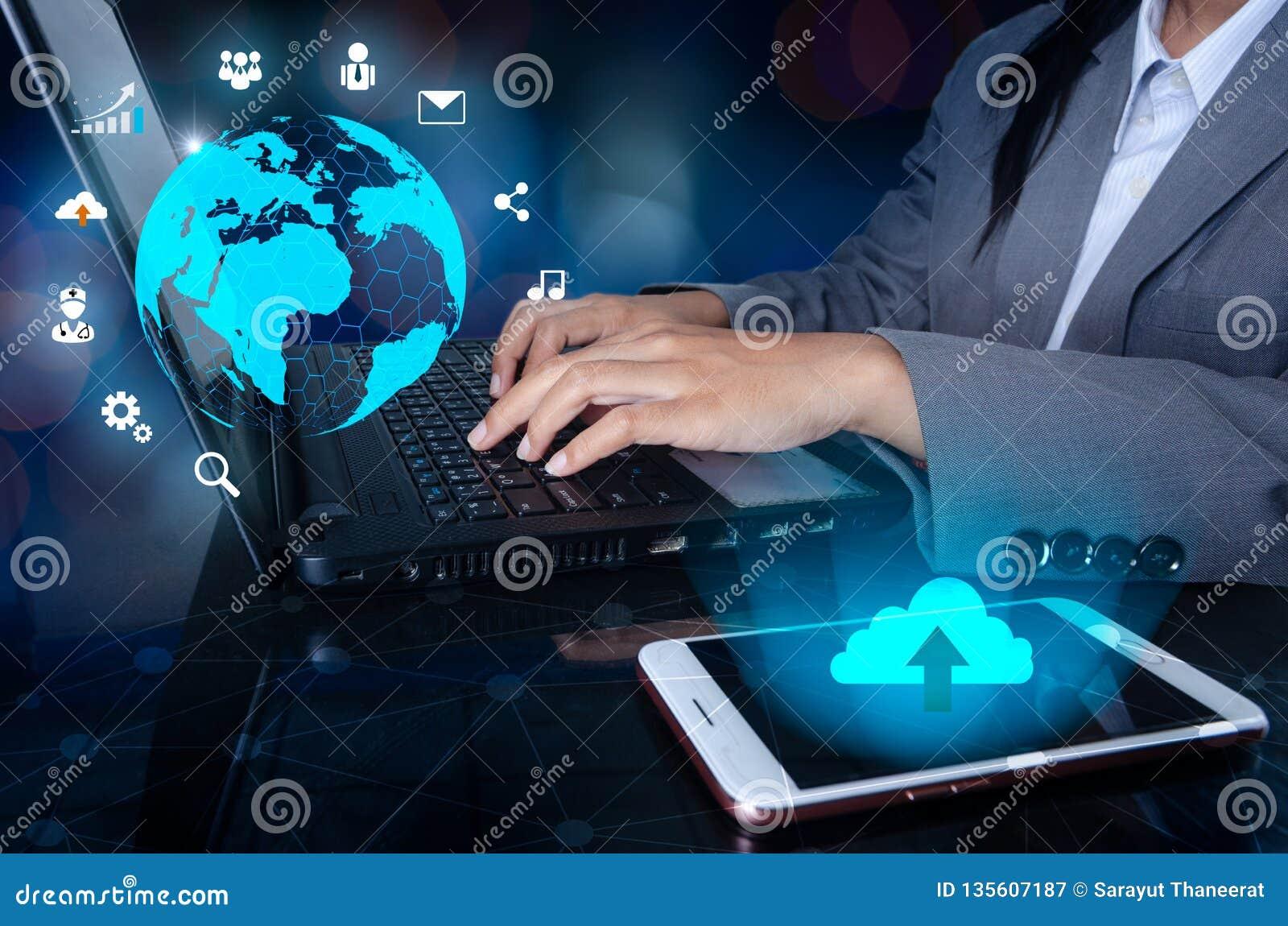 De telefoon heeft een wolkenpictogram De pers gaat knoop op de computer in de de Wereldkaart van het bedrijfslogistiekcommunicati