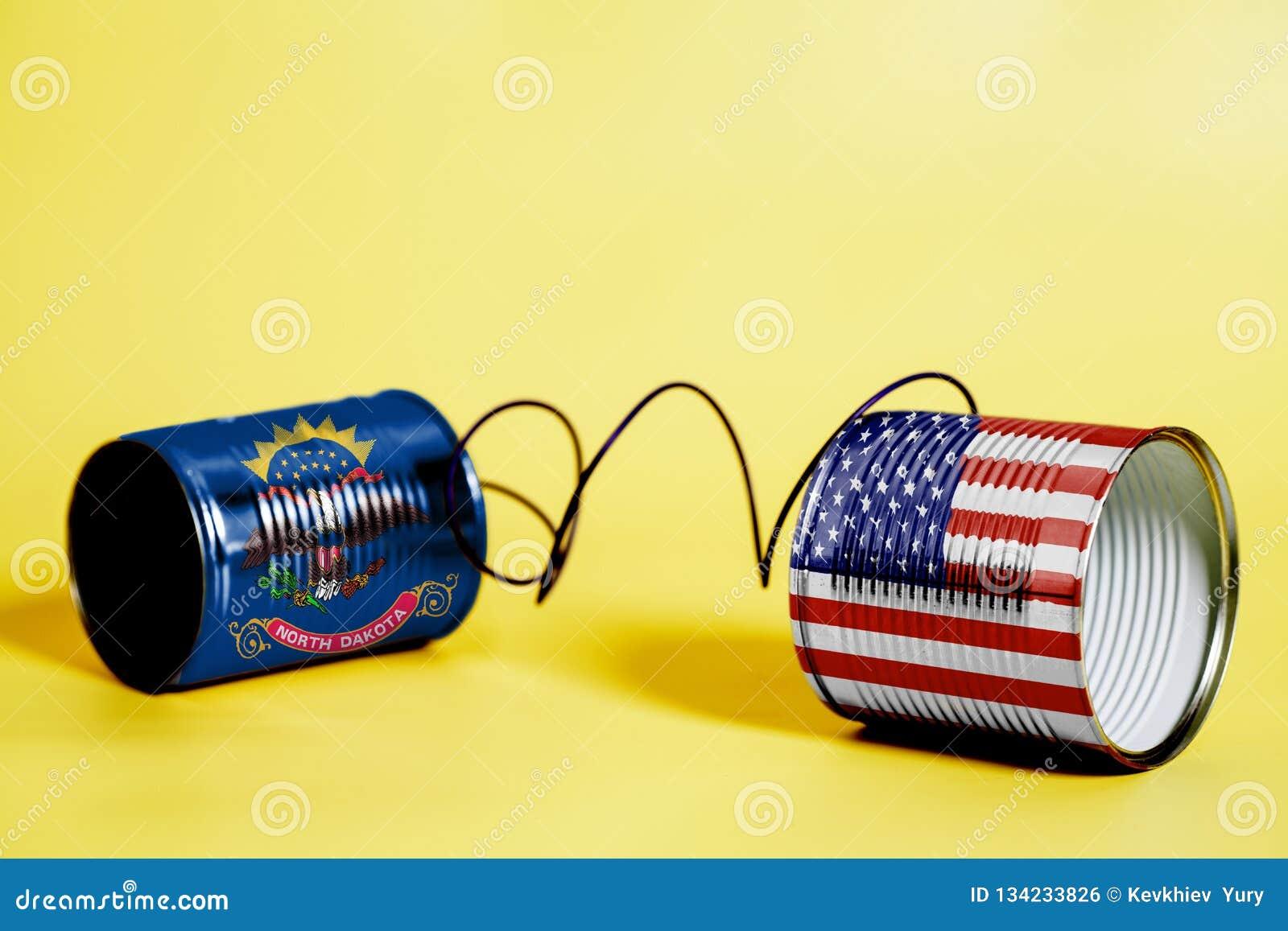 De telefoon van het tinblik met de Vlaggen van de Noord- van Dakota Staat van de V.S. en Communicatie concept