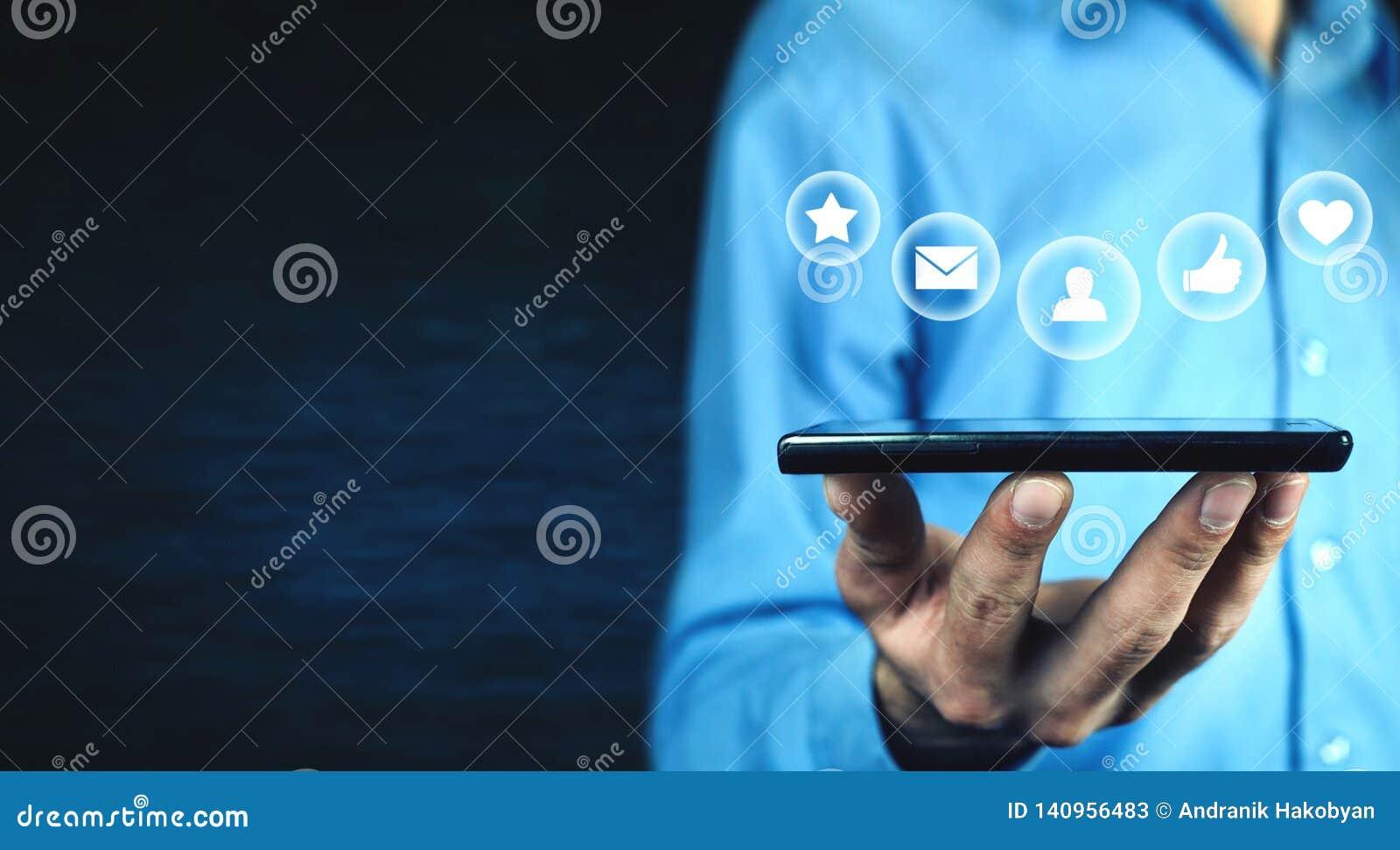 De telefoon van de mensenholding Sociaal media concept