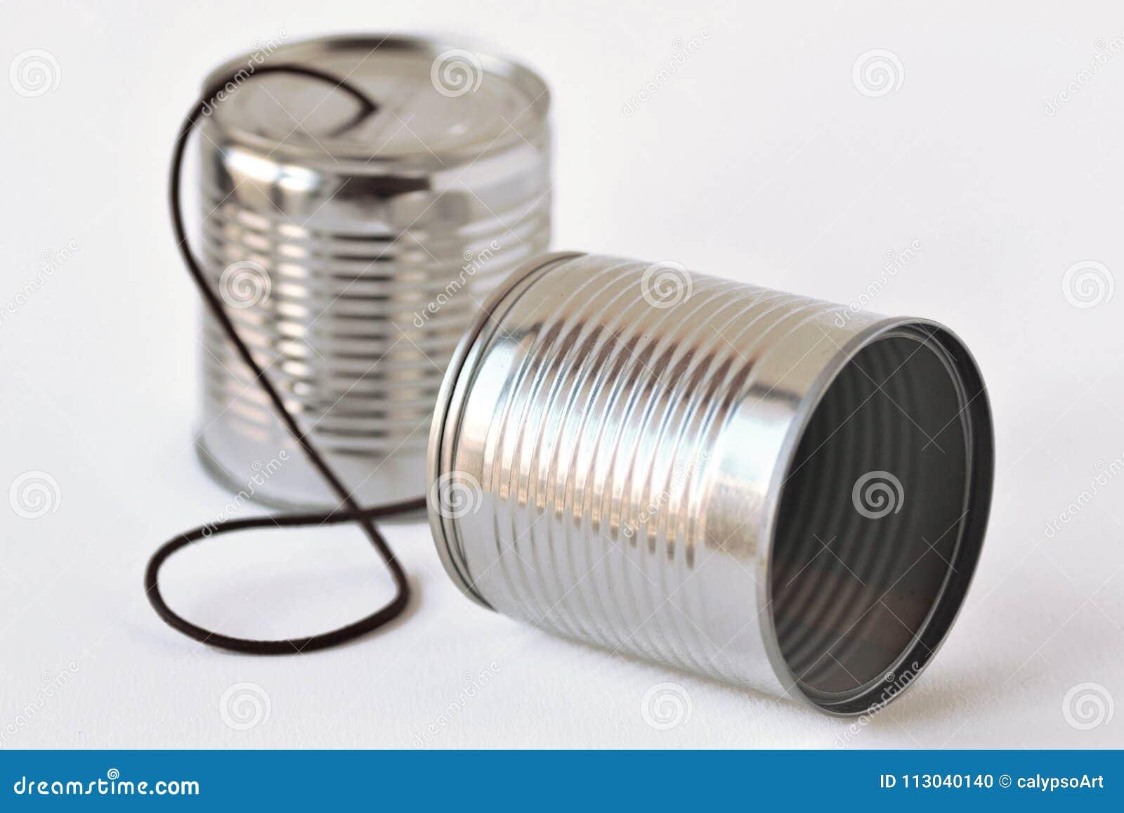 De telefoon van tinblikken op witte achtergrond - Communicatie concept