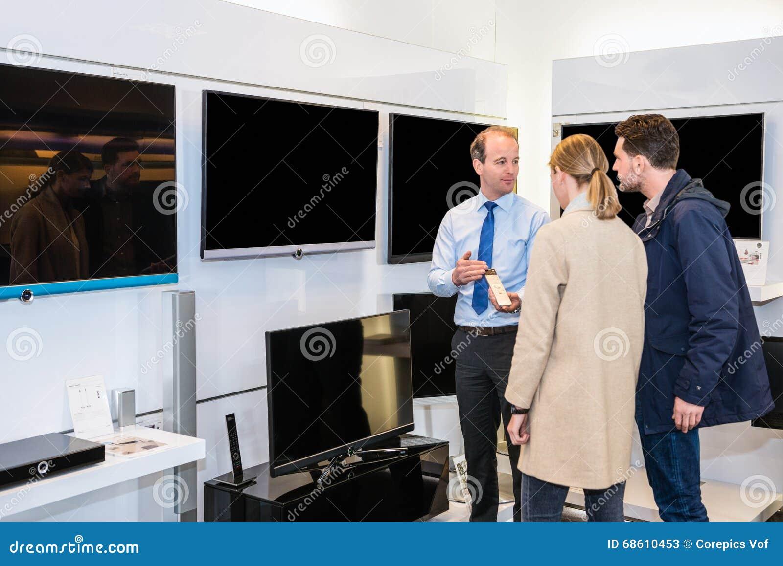 De Televisie van verkopersshowing flat screen in Opslag Te koppelen
