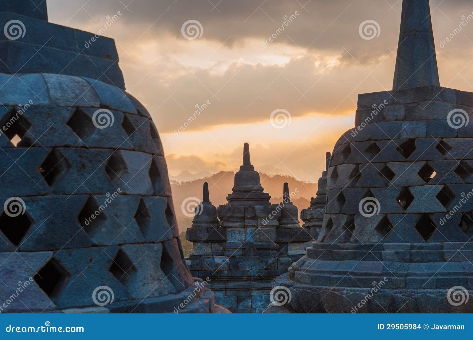 De tempel van Borobudur bij zonsopgang, Java, Indonesië