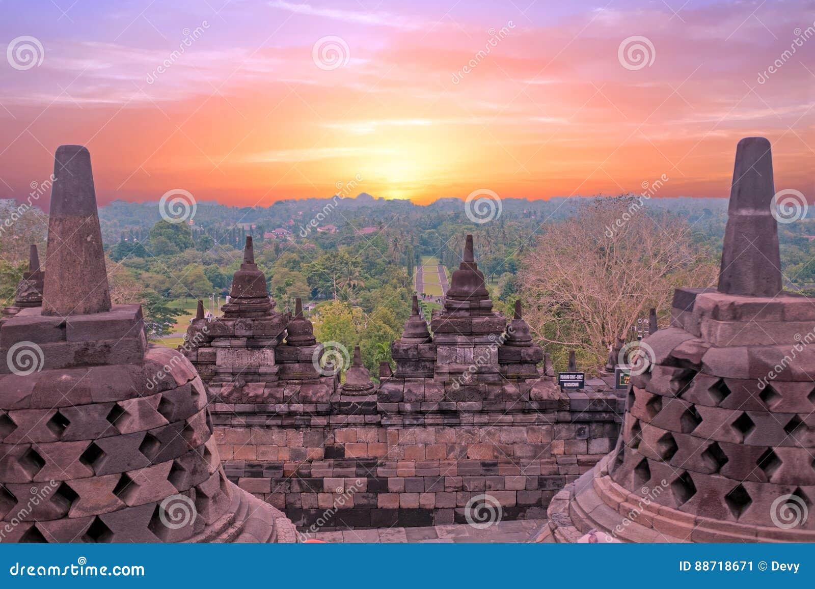De Tempel van Borobudurbuddist in eiland Java Indonesia bij zonsondergang