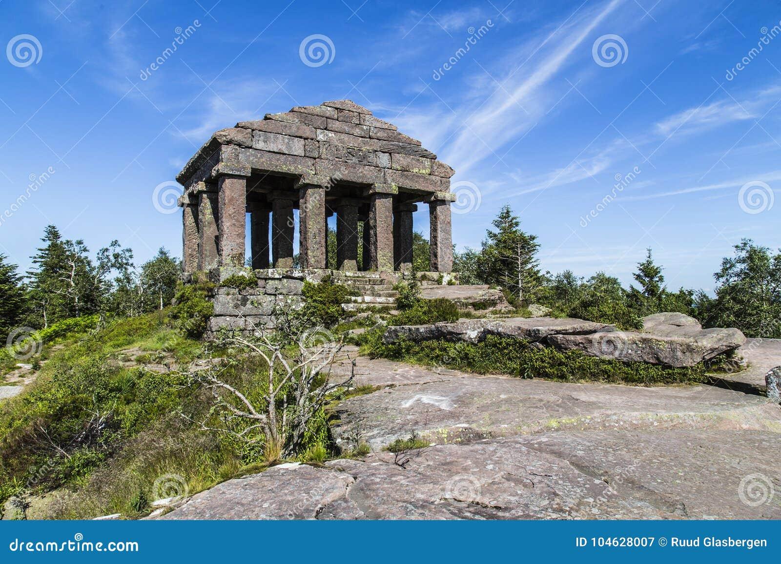Download De Tempel Van Donon Bevindt Zich Bovenop Onderstel Donon In De Vogezen, Frankrijk Stock Afbeelding - Afbeelding bestaande uit mount, tribunes: 104628007