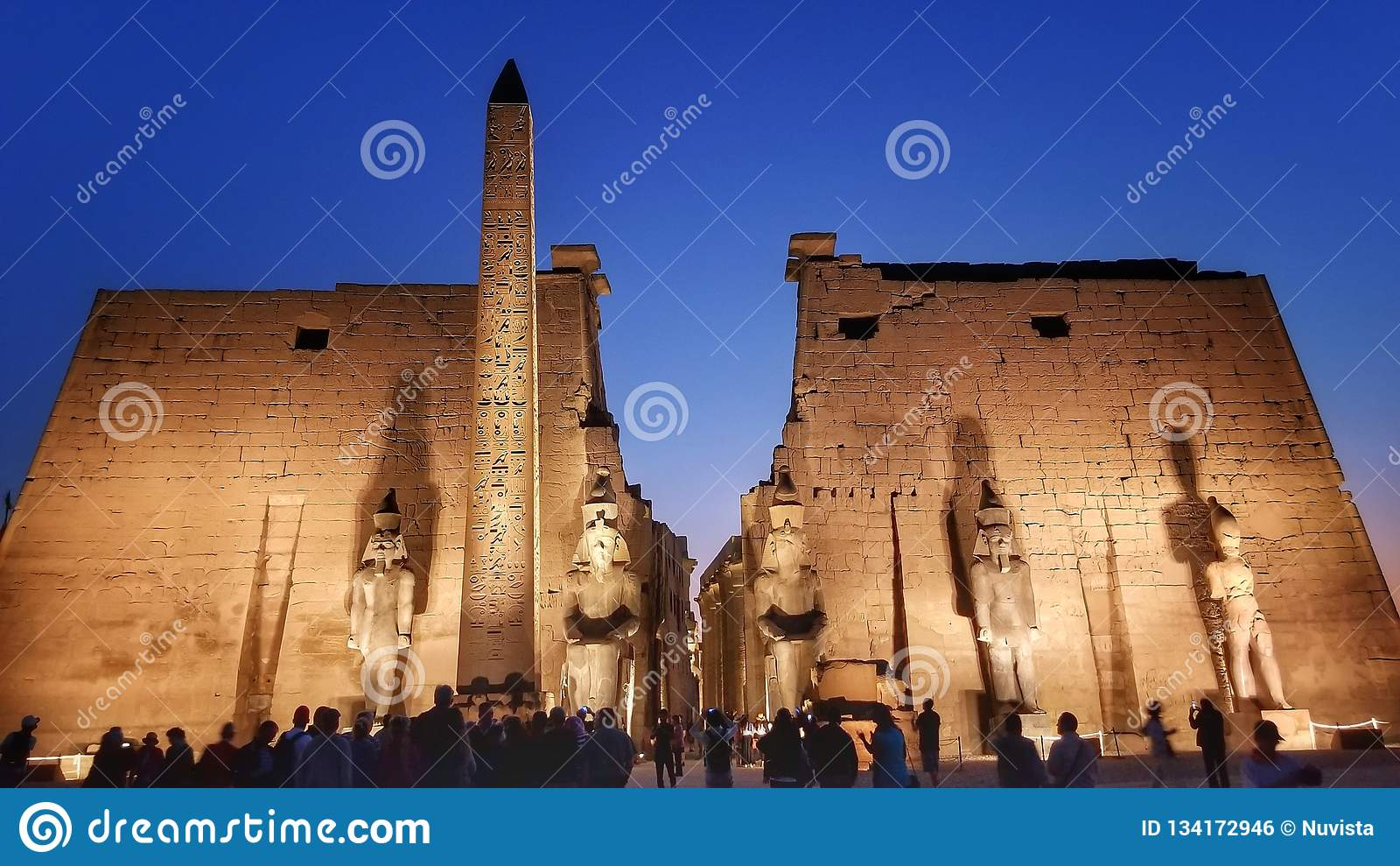 De tempel van Luxor bij nacht