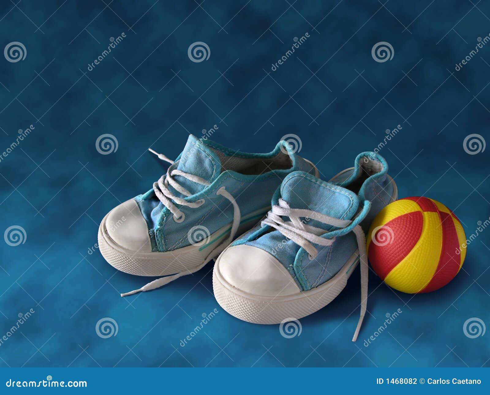 De Tennisschoenen van kinderen