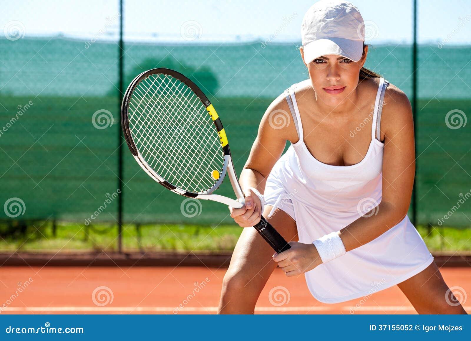 De tennisspeler klaar voor dient