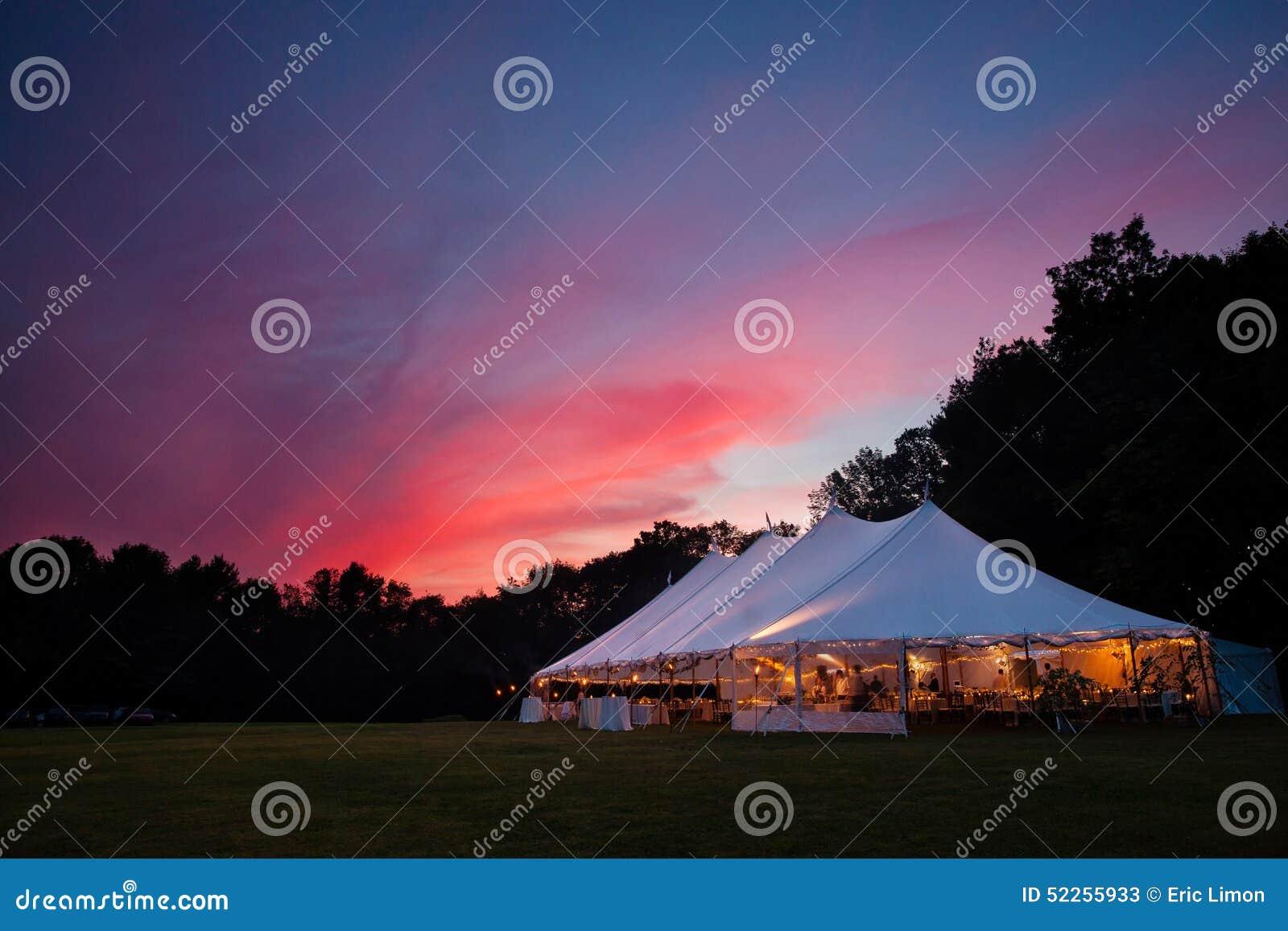 De tent van het huwelijk bij nacht