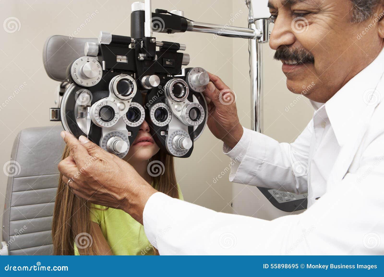 De Test van het het Meisjesoog van opticienin surgery giving