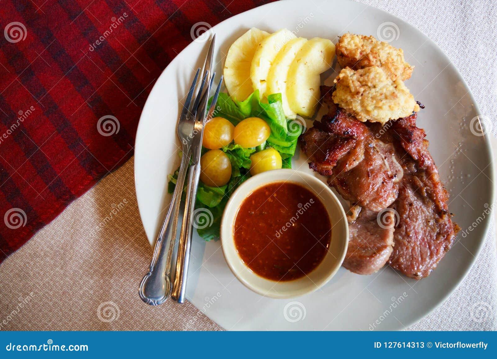 De Thaise Keuken, Varkensvleeslapje vlees met diep In brand gestoken Kleverige Rijst dompelde met traditionele kruidige rode Spaa