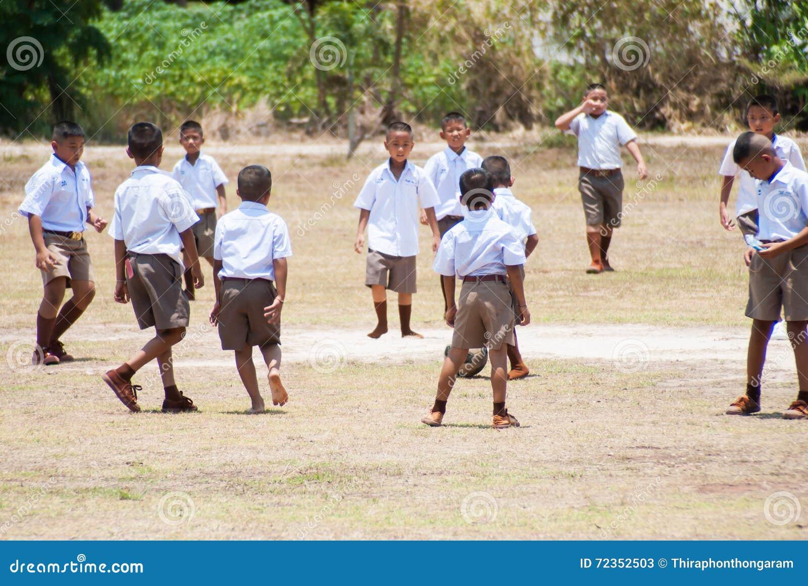 De Thaise kinderen spelen voetbal