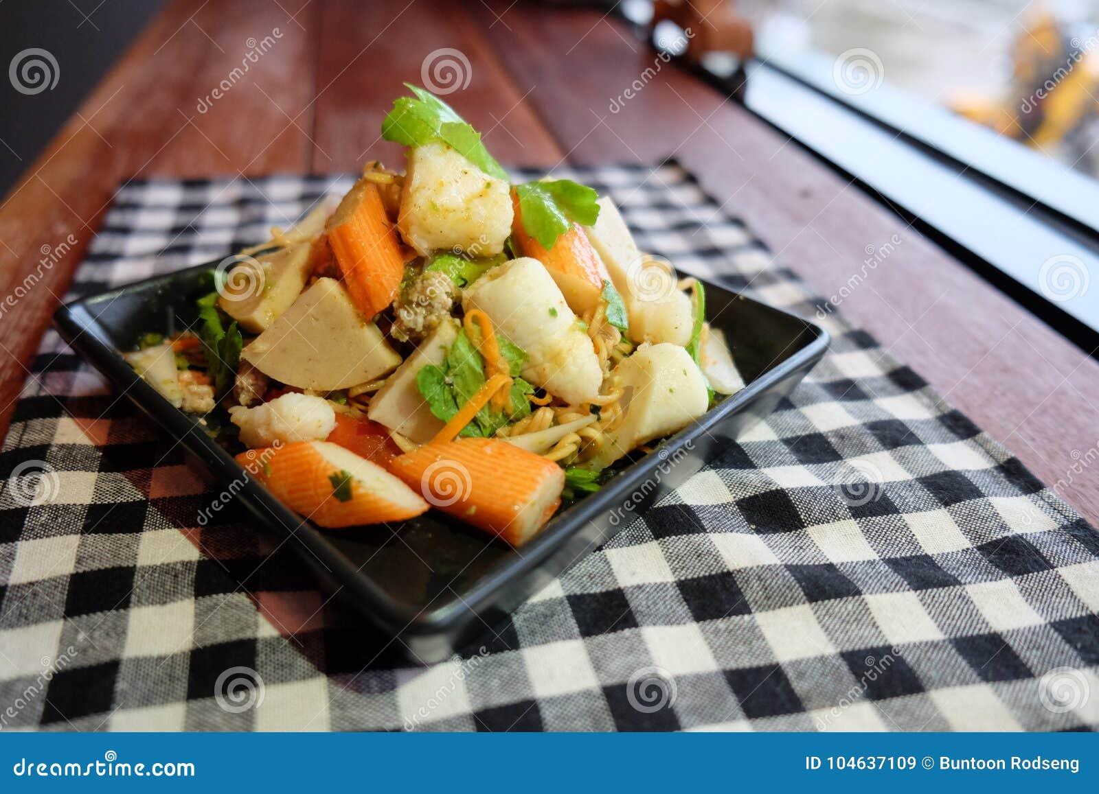 Download De Thaise Noedel Van Salade Zure & Kruidige Zeevruchten, Selderievarkensvlees Stock Afbeelding - Afbeelding bestaande uit noedel, mengeling: 104637109