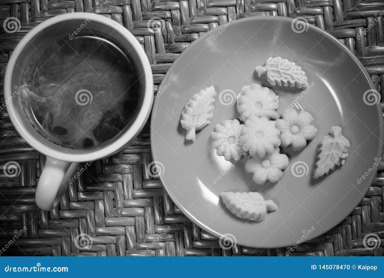 De Thaise Som Pun Nee van Dessertkanom met ochtend hete koffie