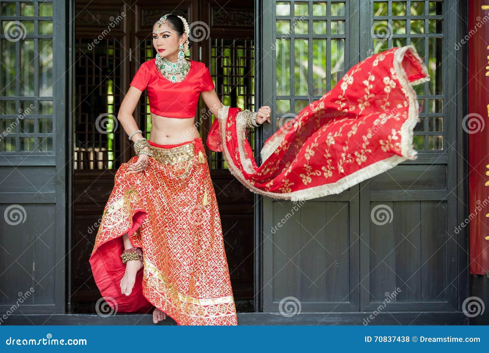 De Thaise Vrouwen Voeren Dansen Van India In Historische Kostuums