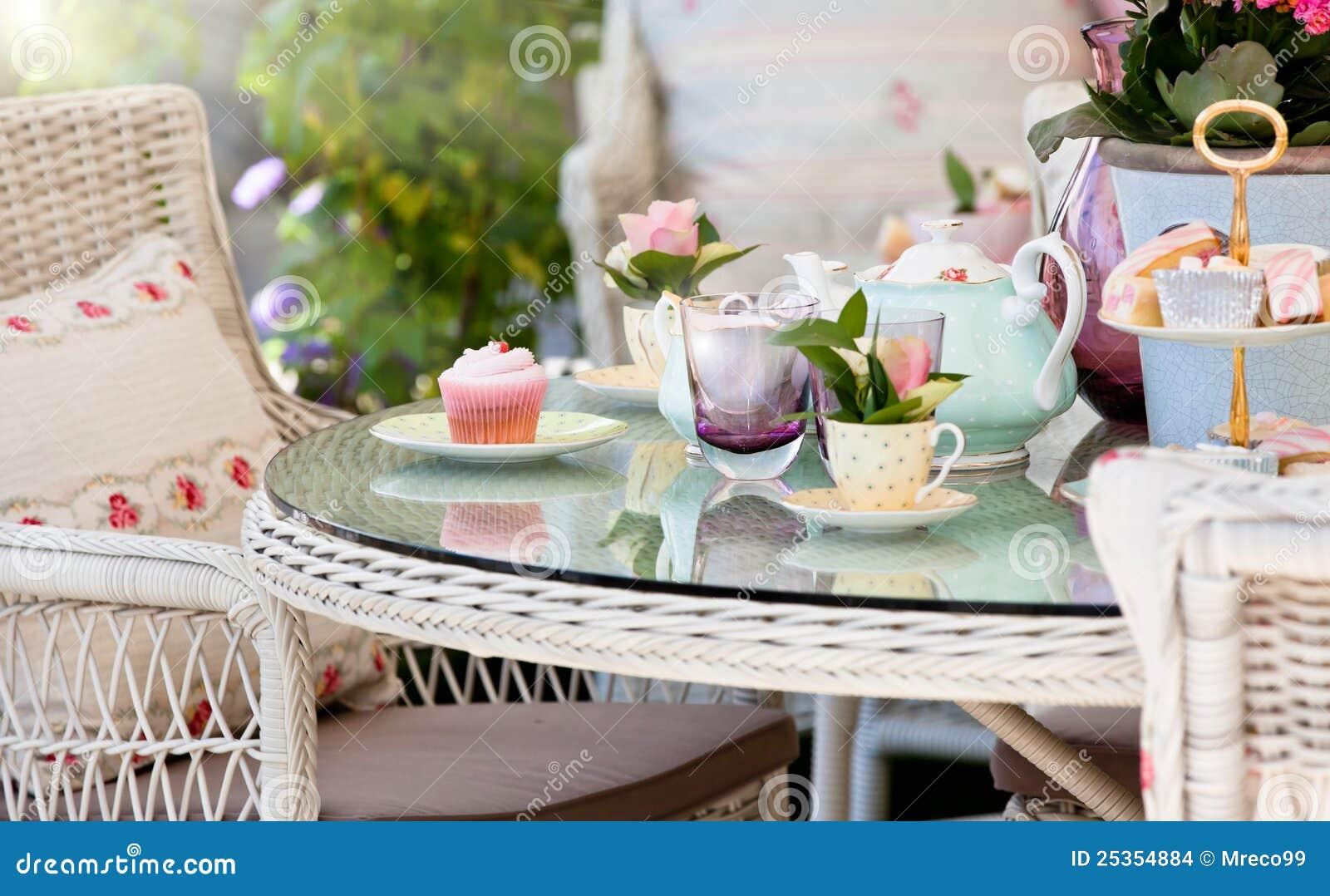De thee en de cakes van de middag in de tuin