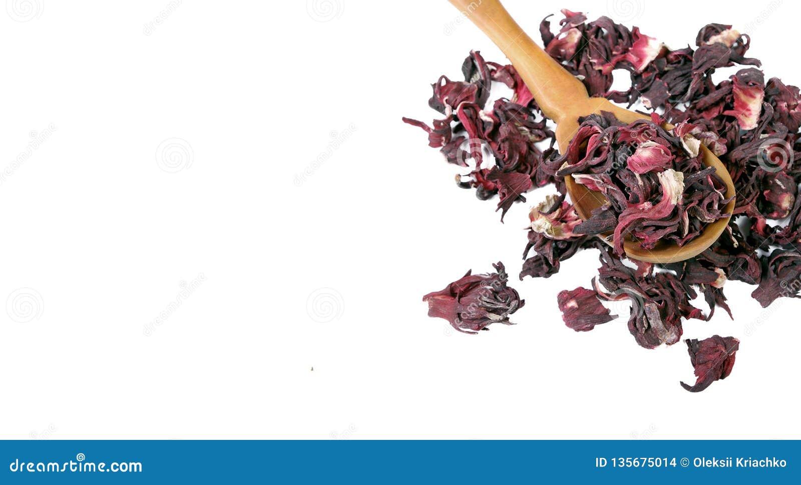 De thee van de hibiscus Hibiscusthee in een houten lepel op witte achtergrond Vitaminethee voor koude en griep