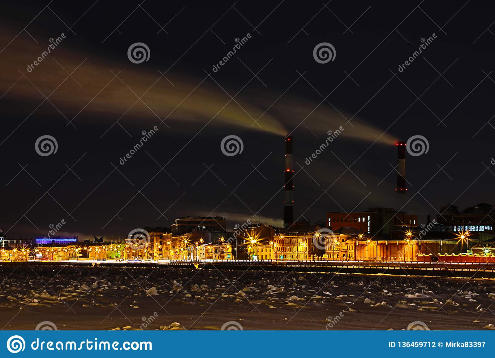 De thermische krachtcentrale van de de winternacht op de Neva-rivierdijk in Heilige Petersburg