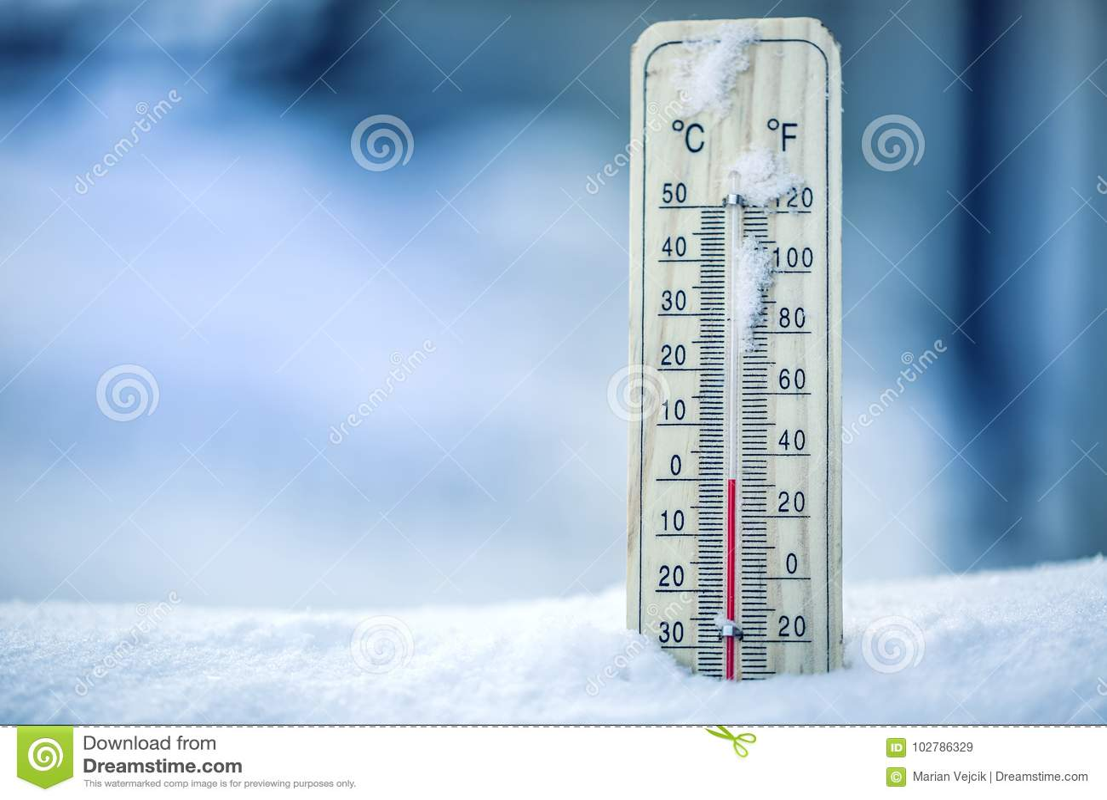 De thermometer op sneeuw toont lage temperaturen - nul Lage temperaturen in graden Celsius en Fahrenheit Koud de winterweer - nul