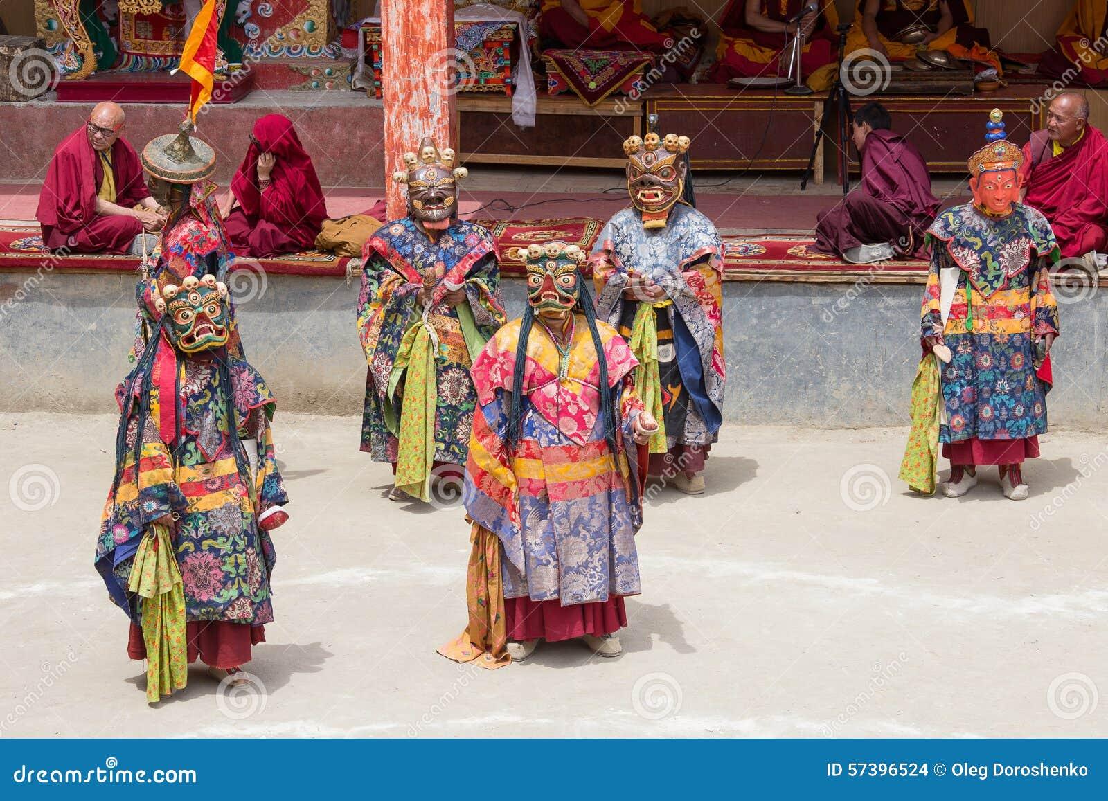 De Tibetaanse Boeddhistische lama s voeren een rituele dans in het klooster van Lamayuru, Ladakh, India uit