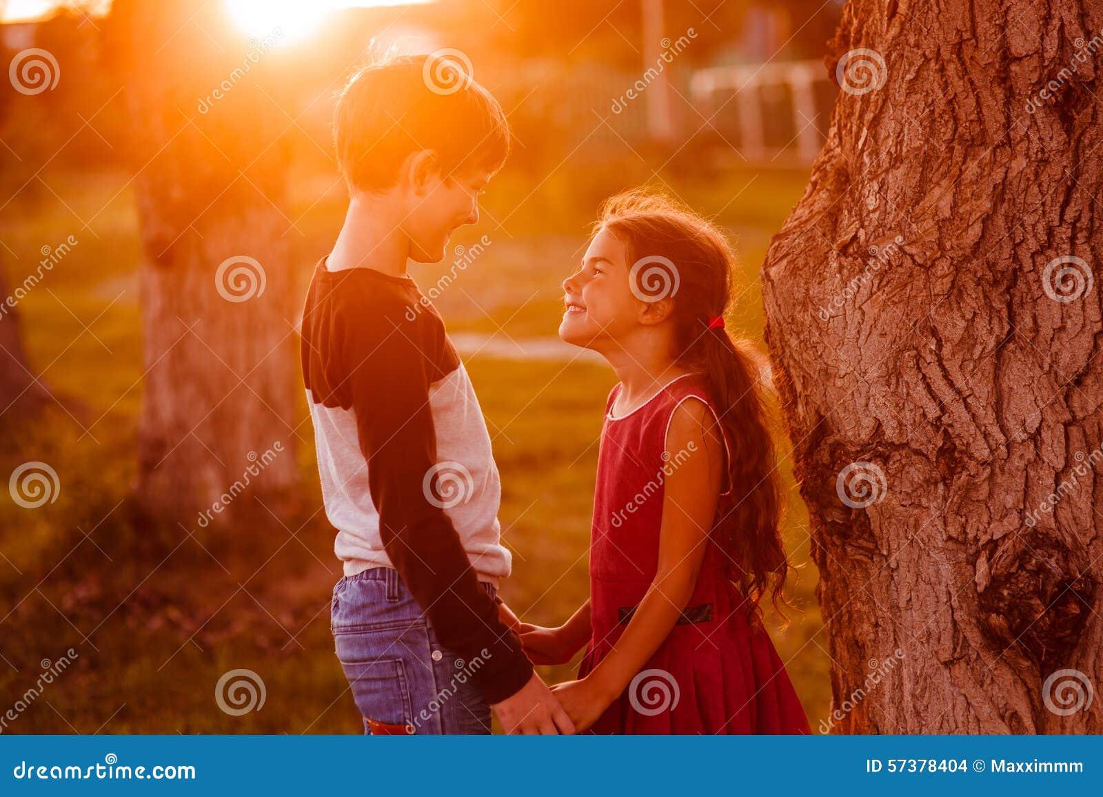 De tienerjaren van het jongensmeisje houden handen Romaans