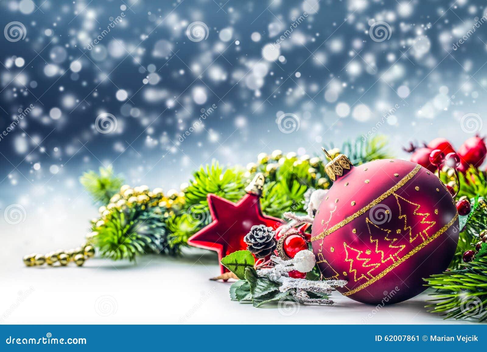 De tijd van Kerstmis De kerstkaart met balspar en het decor schitteren achtergrond