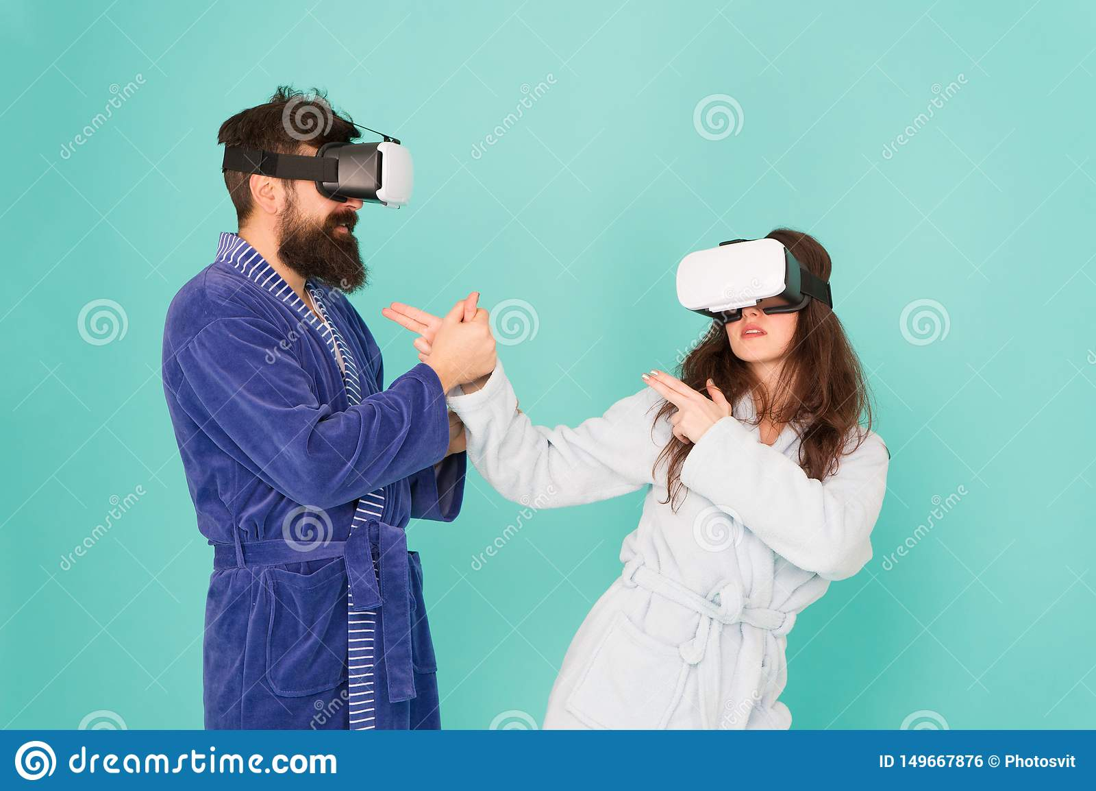De toekomst is dichter dan u denkt VR technologie en toekomst VR mededeling Opwindende indrukken Paar in badjassen