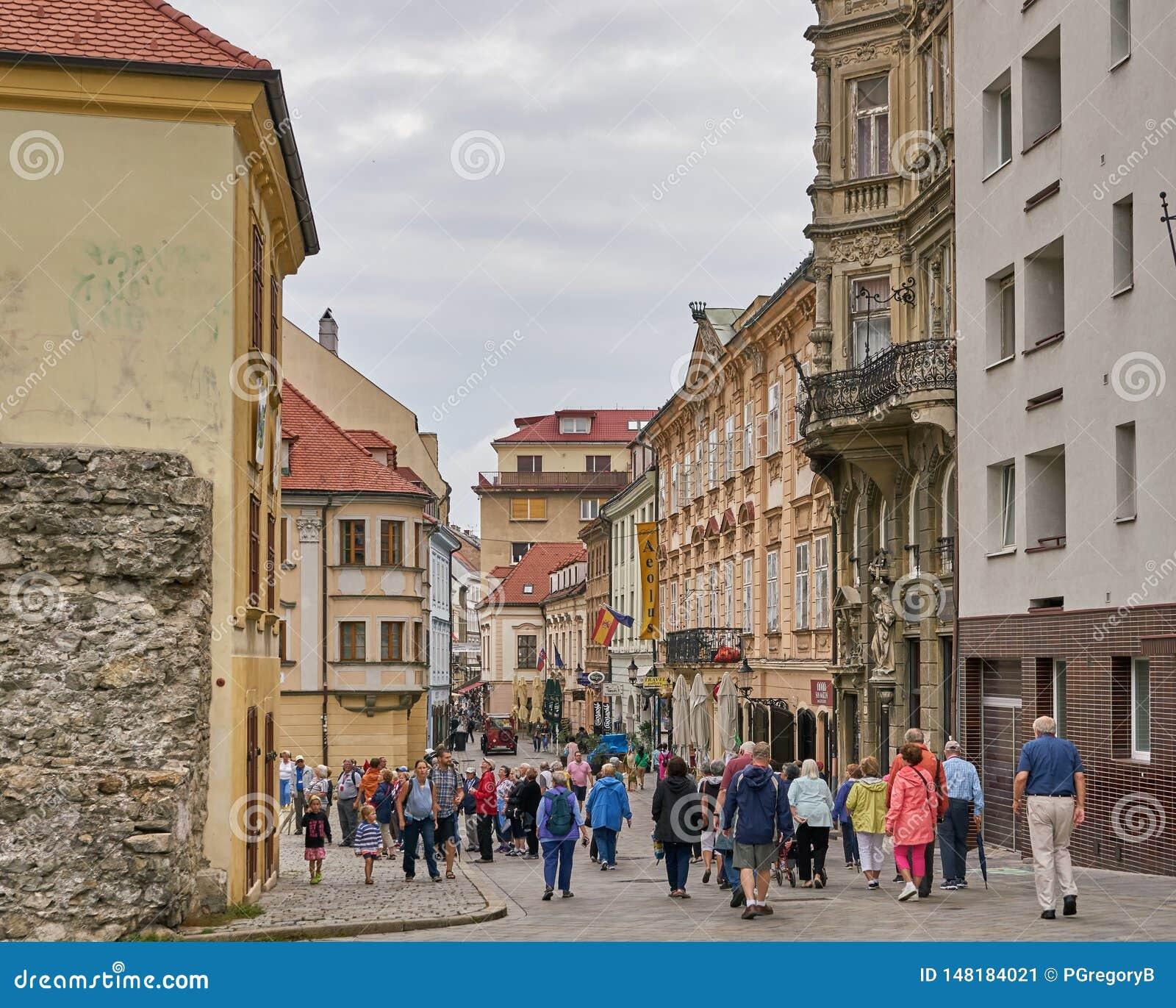 De toerist wandelt door de oude stad van Bratislava, Slowakije