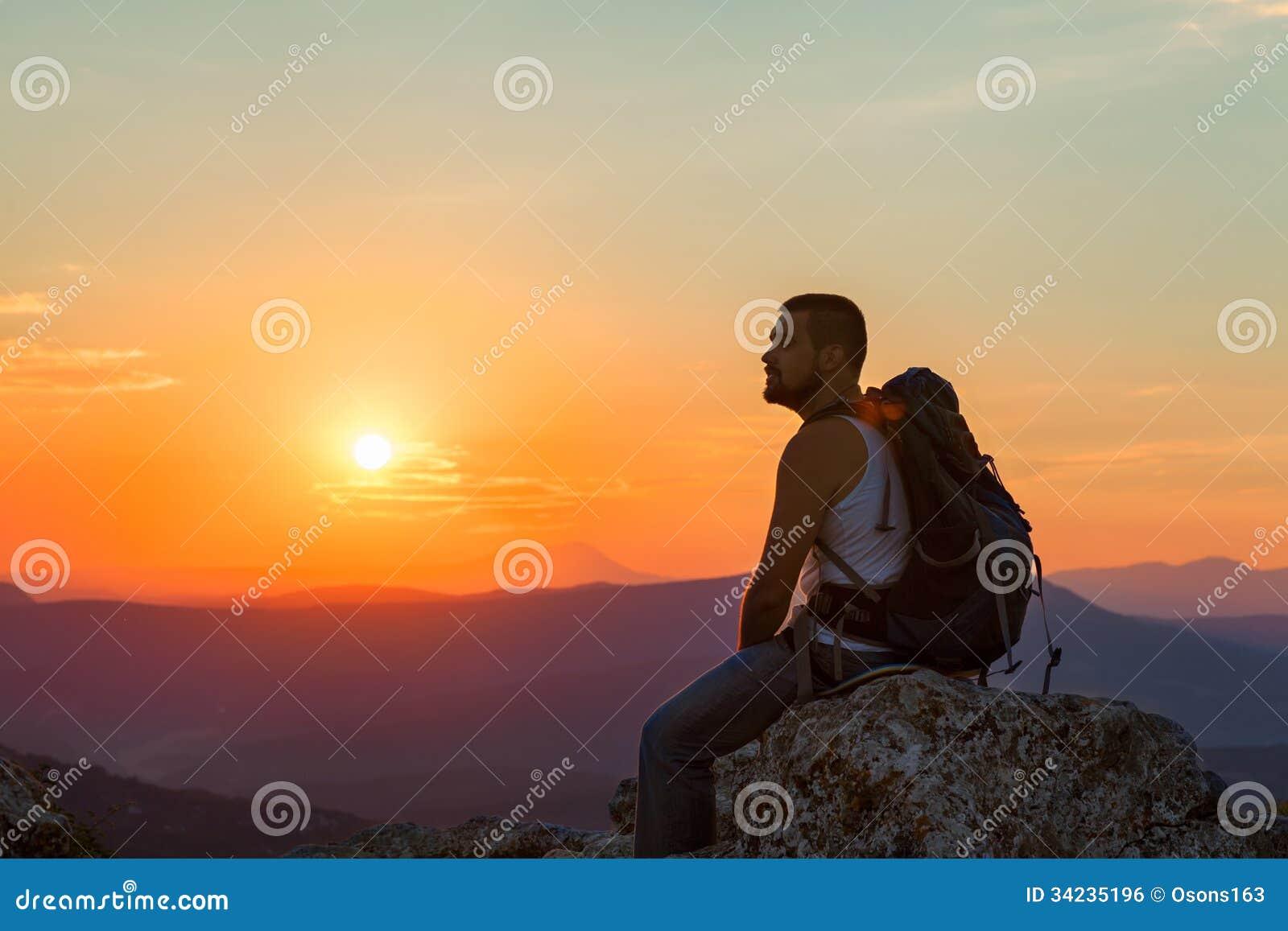 De toerist zit in de bergen