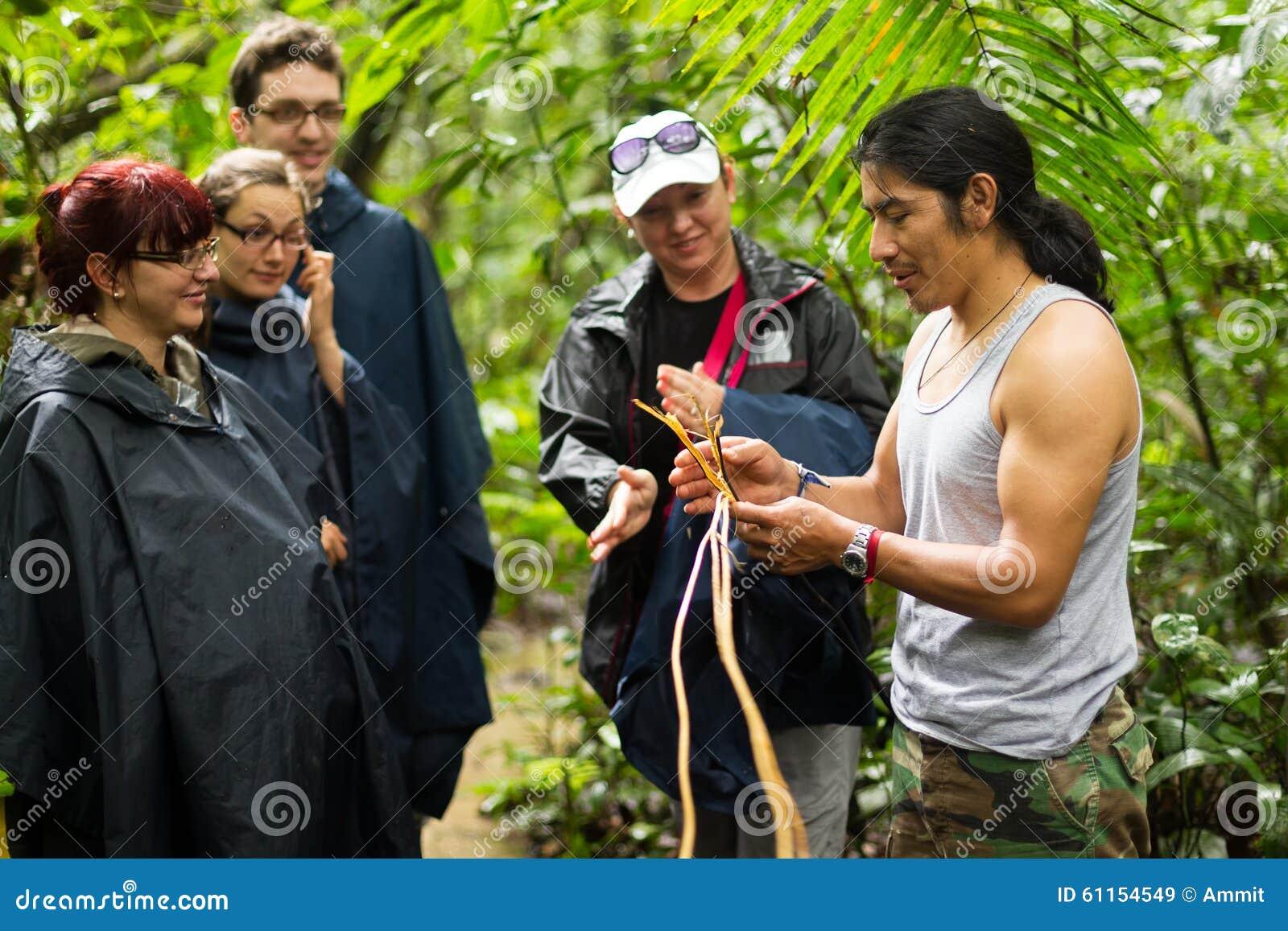 De toeristen groeperen zich in Amazonië