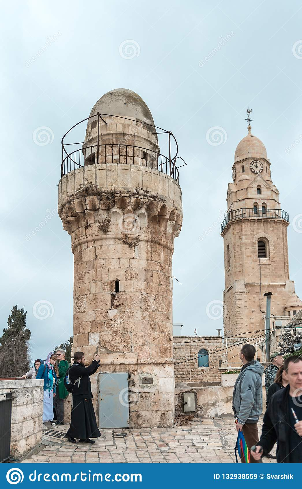 De toeristen lopen op het dak van het gebouw, dat het graf van Koning David huisvest en zien de gezichten in oude stad van Jeruza