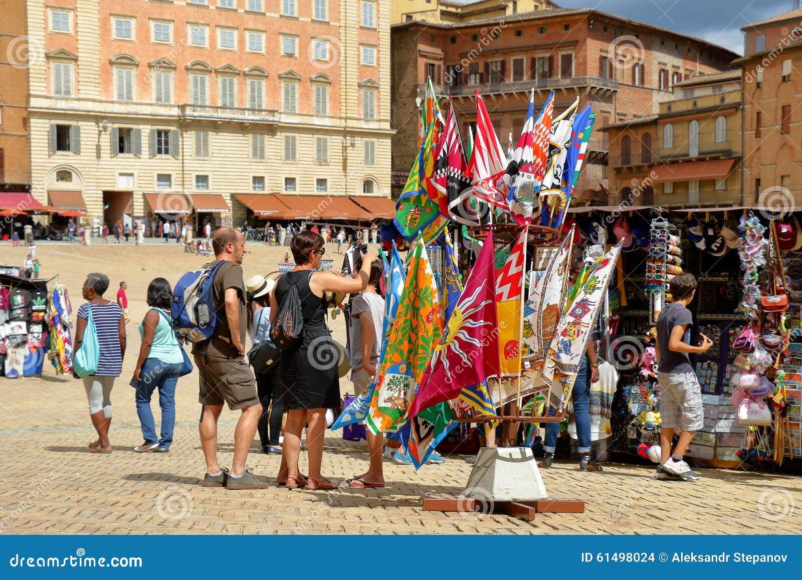 48509a98bdd268 De Toeristen Rond De Herinnering Winkelen In Siena