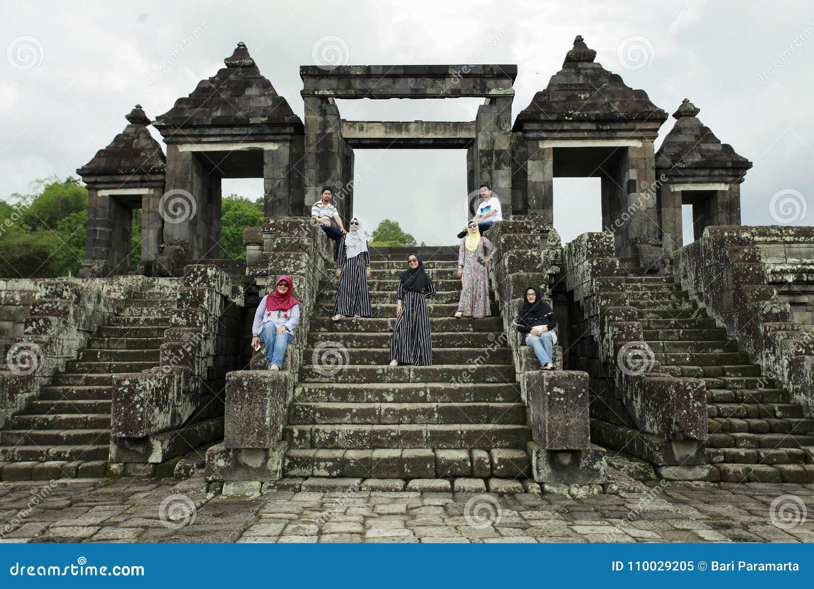 De toeristen stellen voor Paleispoort Ratu Boko
