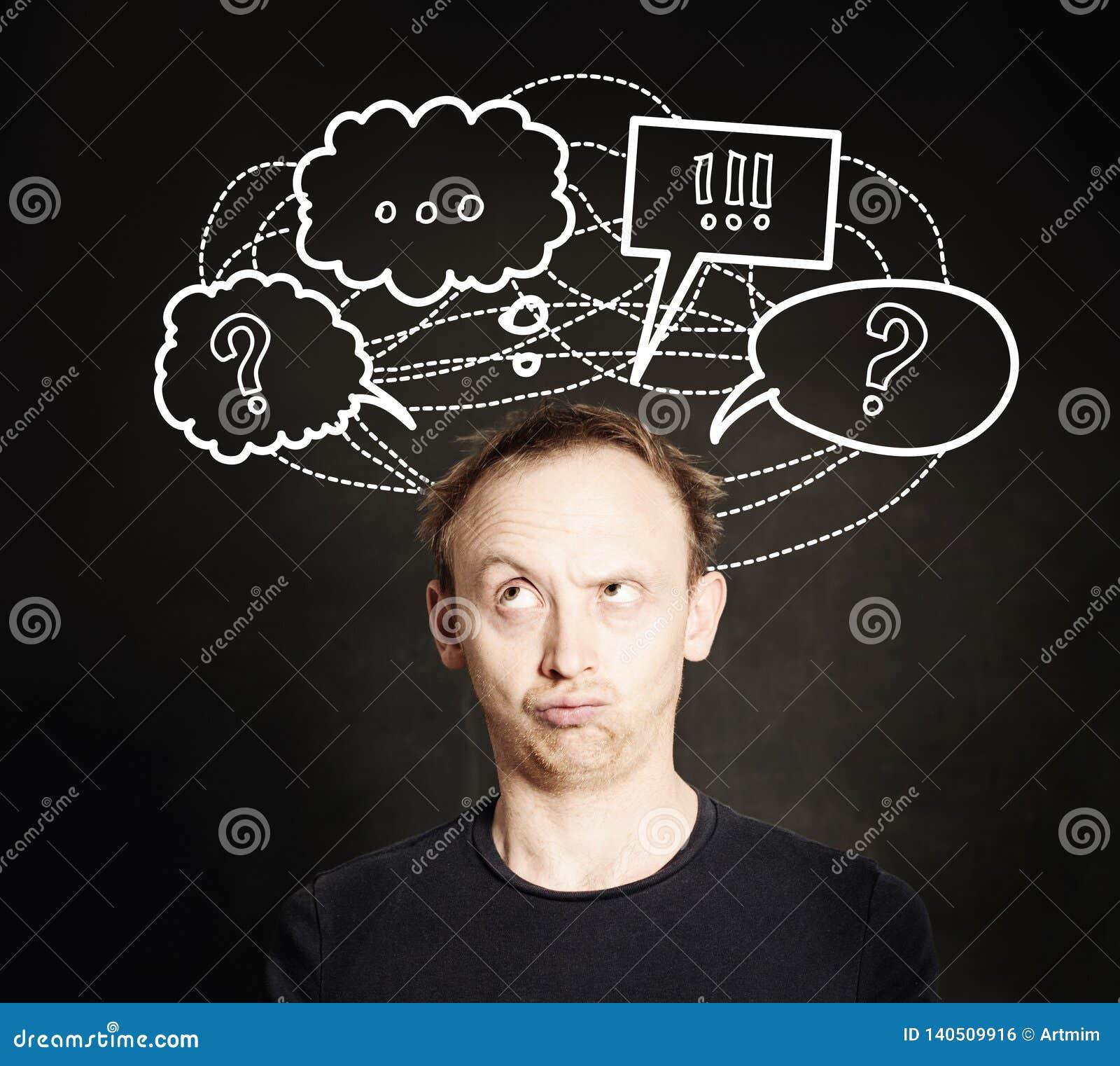 De toevallige mens met vraagteken denken en de schets die van de handtekening borrelen op bordachtergrond