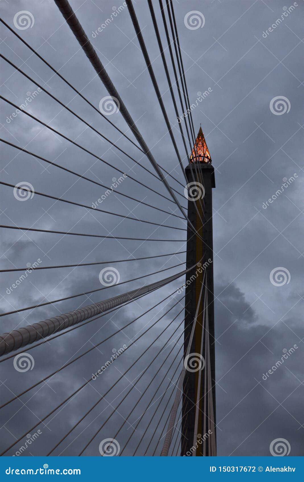 De toortsvorm van de pylon bovenkant van kabel-gebleven Brug bij de schemer