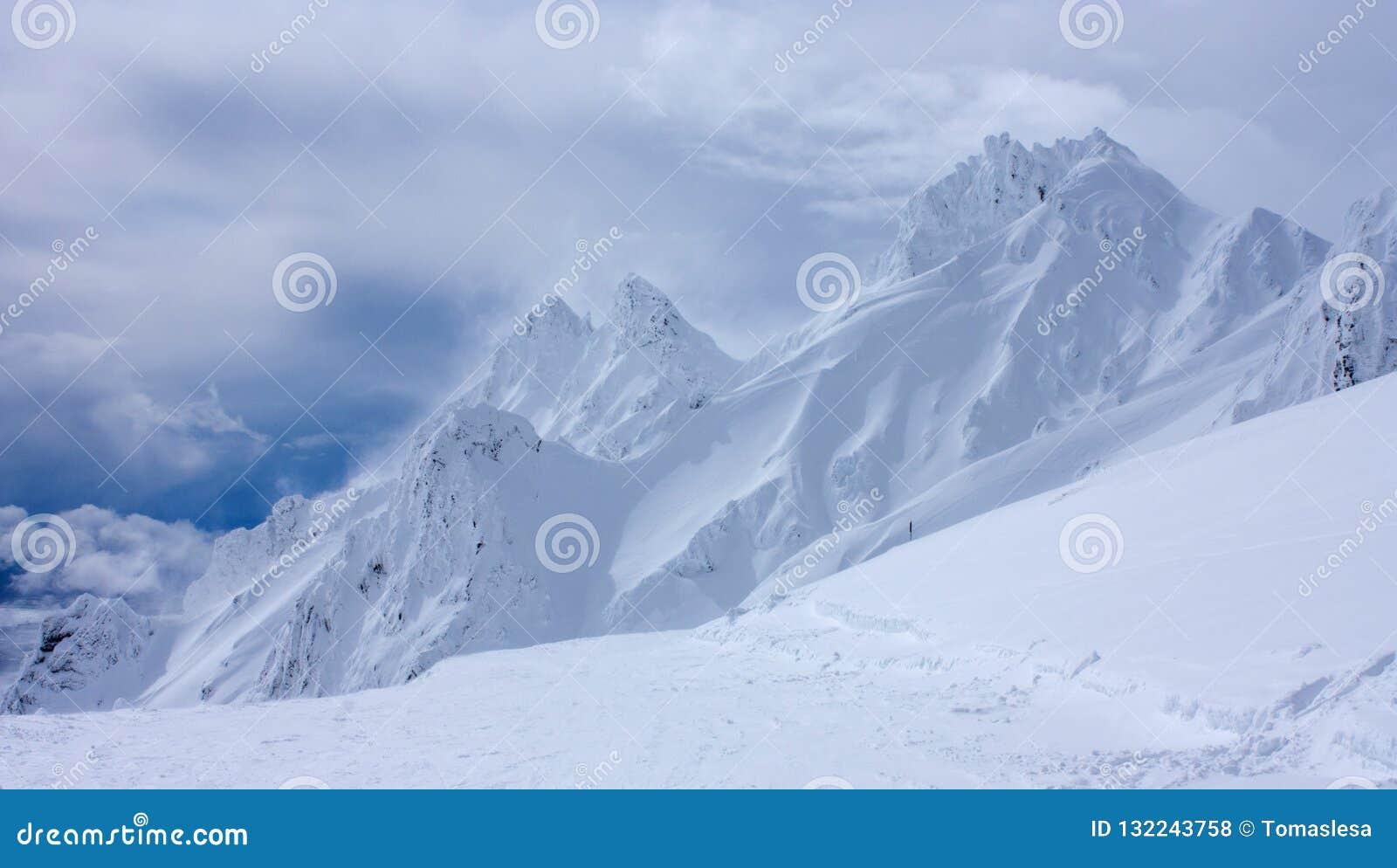 De Toppen in Whakapapa Ski Resort op de vulkaan van MT Ruapehu in het het Noordeneiland Nieuw Zeeland door diepe lagen van sneeuw