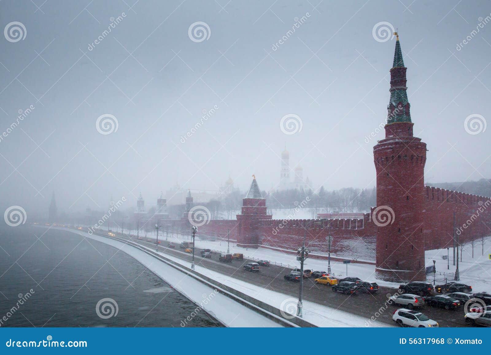 De toren en de dijk van Moskou het Kremlin in sneeuwstorm
