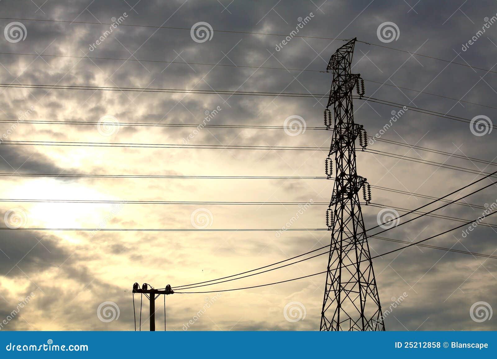 De toren van de hoogspanning en kleine elektrische post
