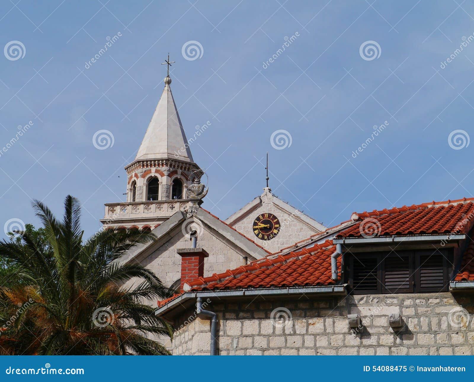 De toren van de kerk van Kastel Stafilic in Kroatië
