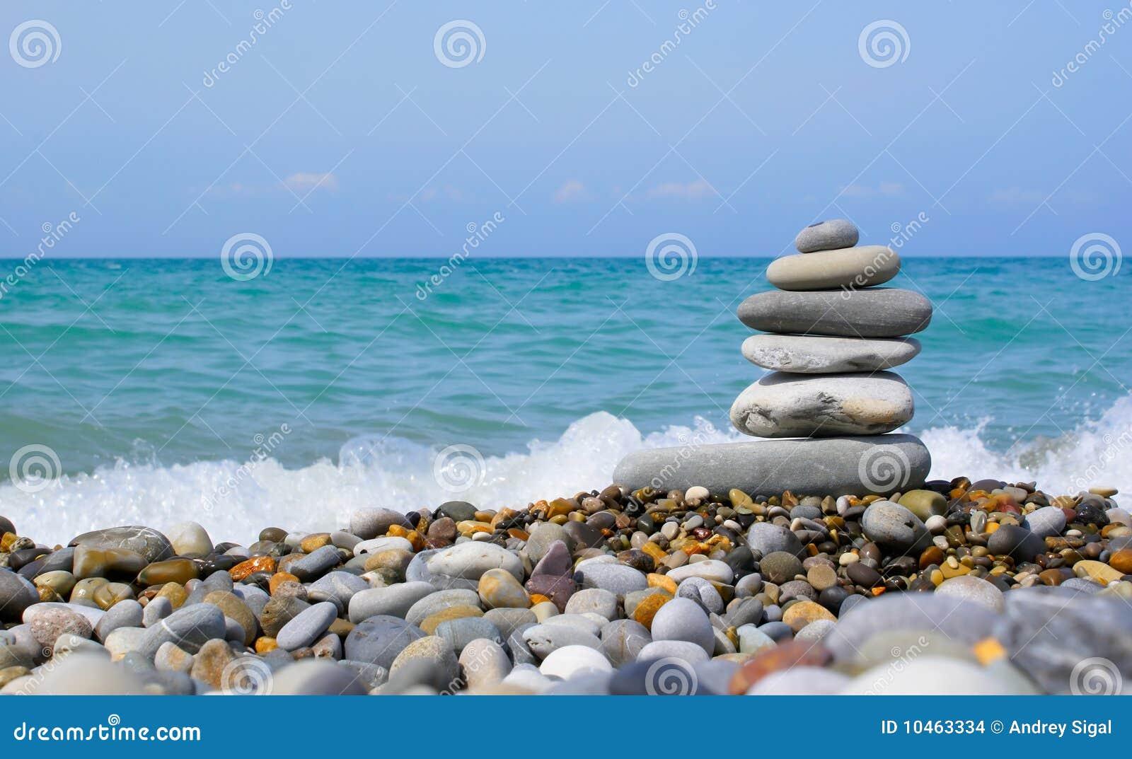 De toren van de steen op het strand stock foto afbeelding