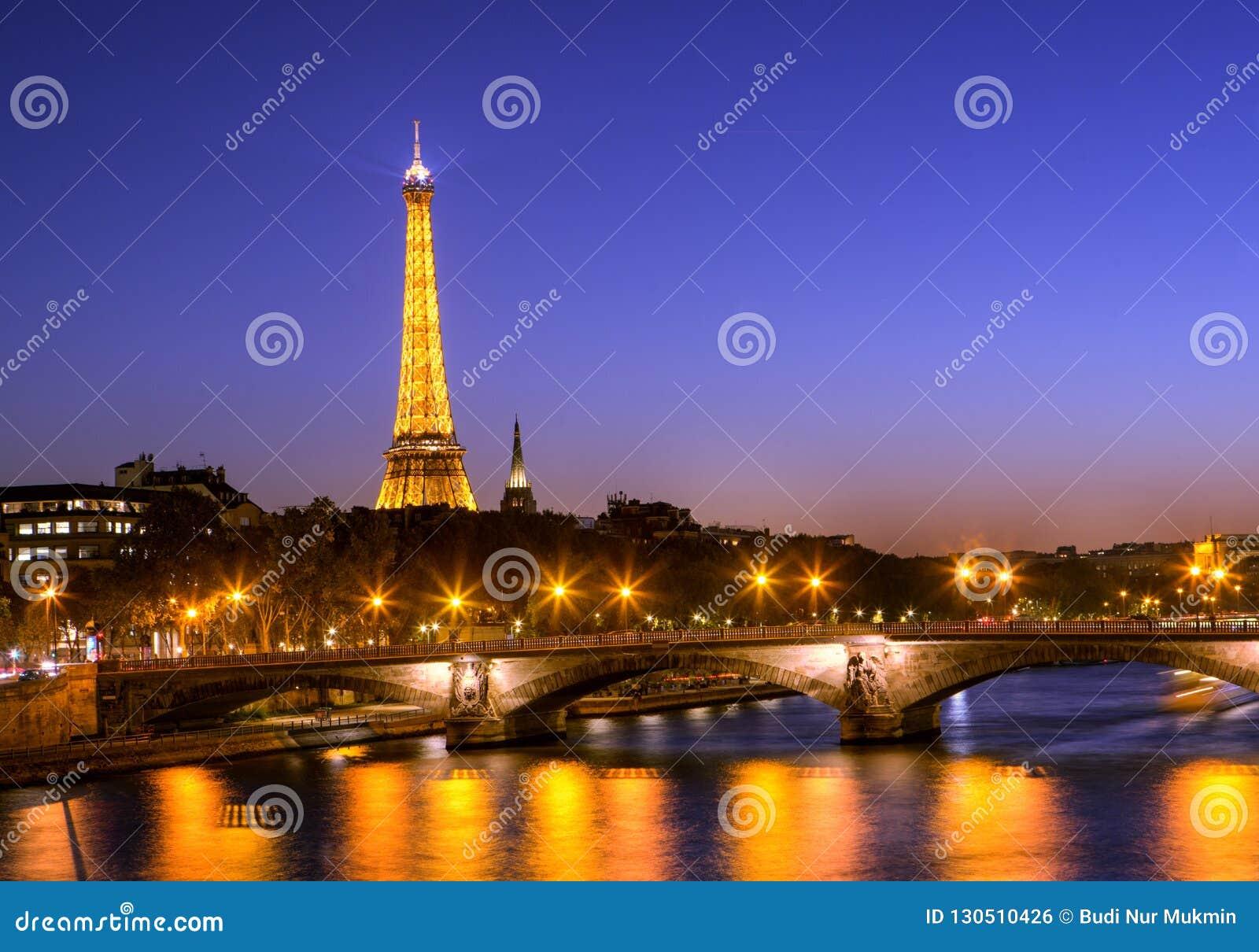 De Toren van Eiffel bij na Zonsondergangtiming