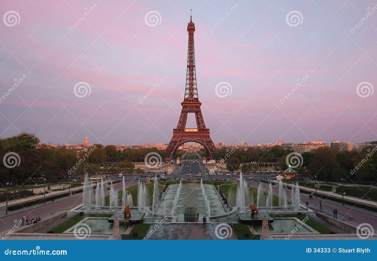 De Toren van Eiffel bij schemer
