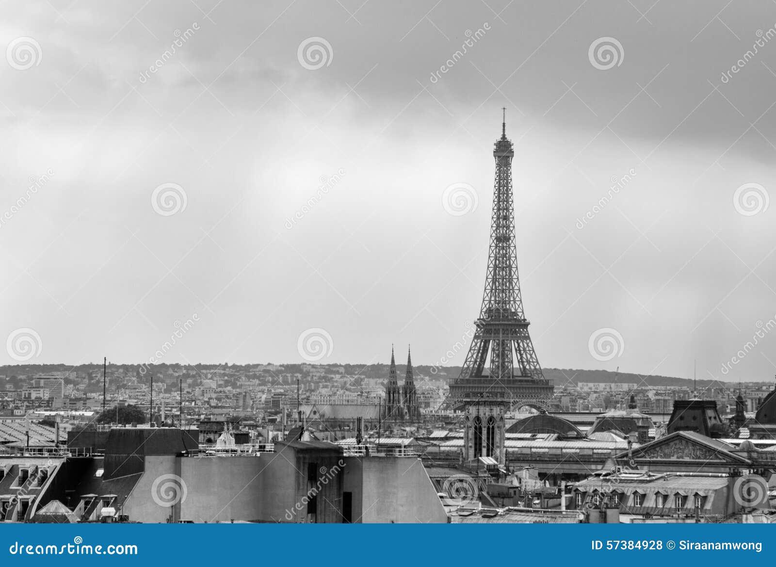 De Toren van Eiffel bij zonsondergang in Parijs