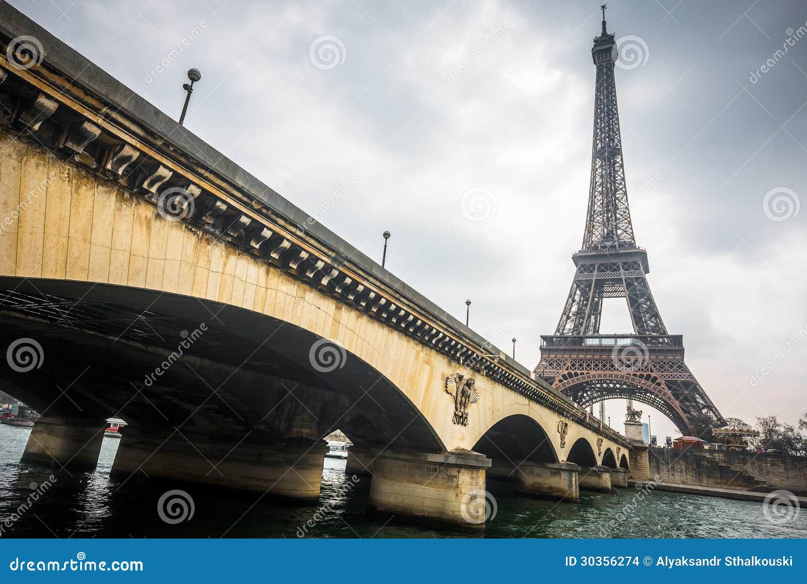 De toren van Eiffel en de brug van Jena in een bewolkte dag