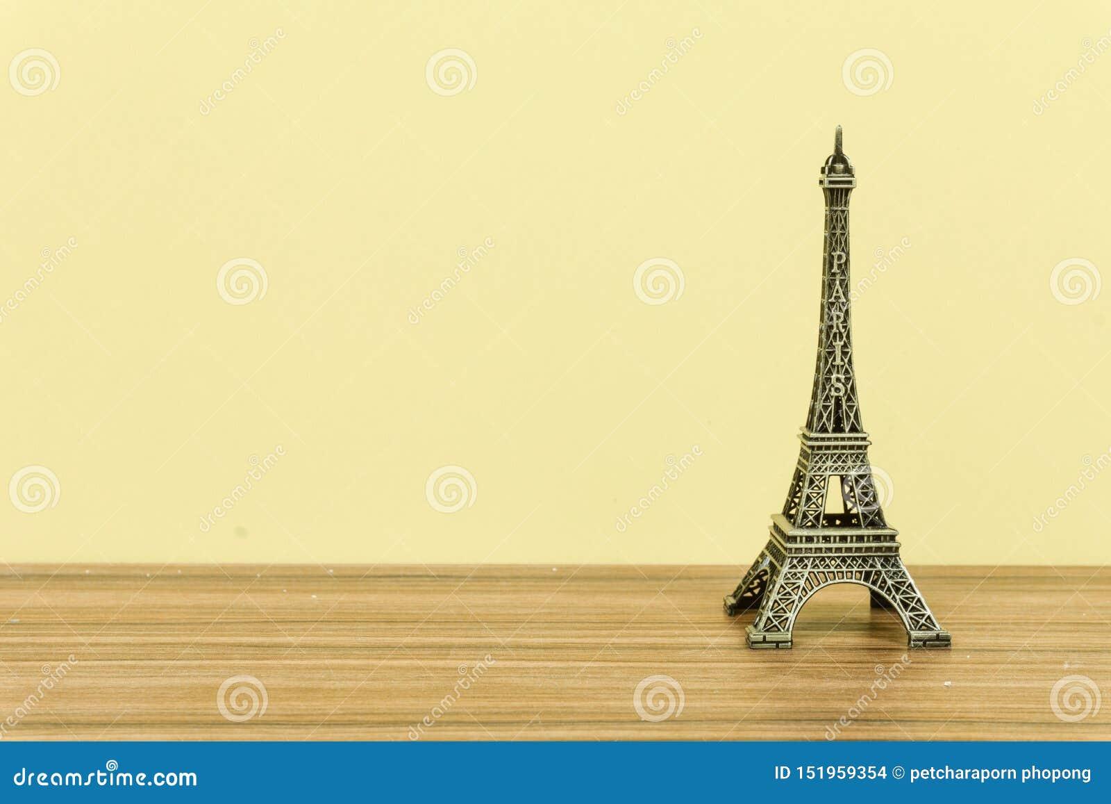 De Toren van Eiffel, Parijs, Frankrijk met gele achtergrond