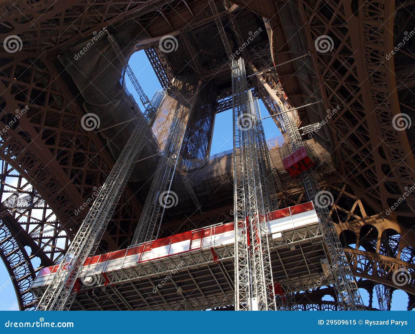De toren van Eiffel tijdens onderhoudsrevisie