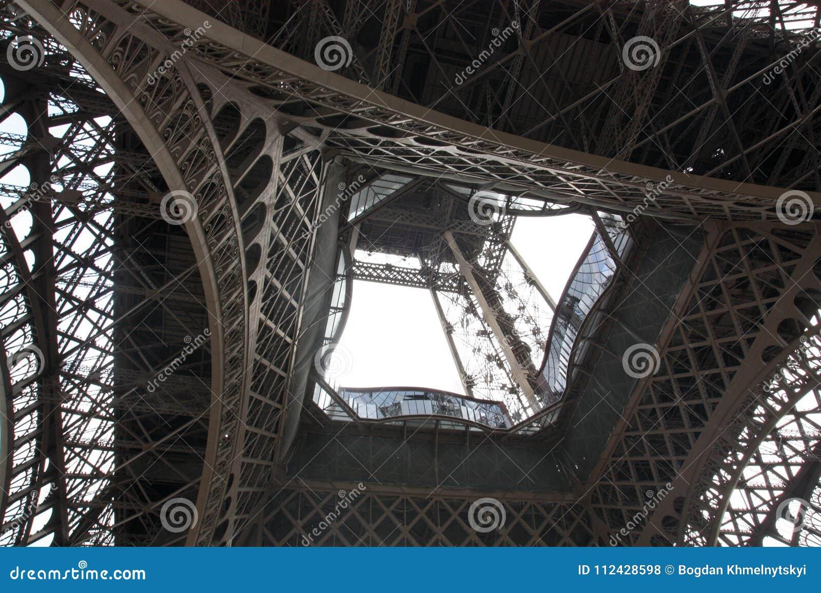 De Torenmening van Eiffel van onderaan Parijs Frankrijk