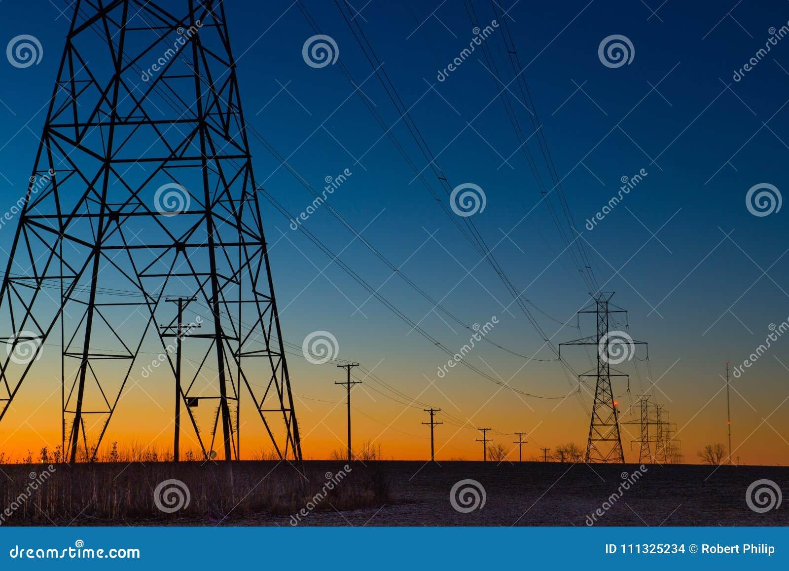 De torens van de machtslijn tijdens blauw uur