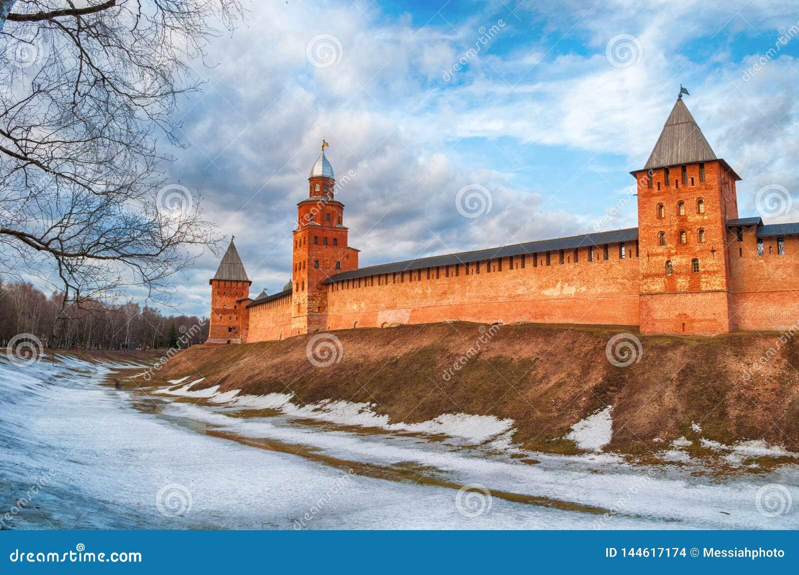 De torens van Velikynovgorod het Kremlin in vroege de lenteavond in Veliky Novgorod, Rusland, panorama