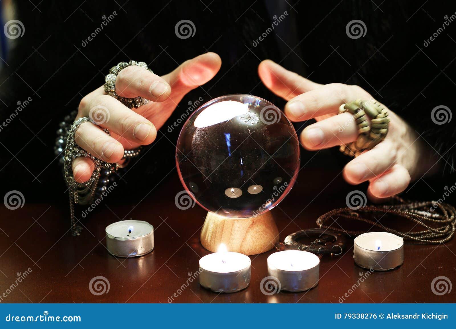 De tovenaar overhandigt transparante kristallen bol fortuin-vertelt voor toekomst